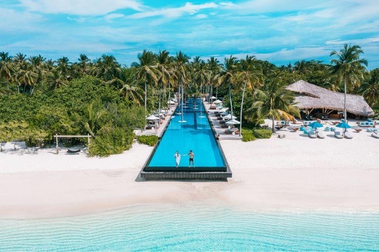 pool at Fairmont Maldives sirru fen fushi