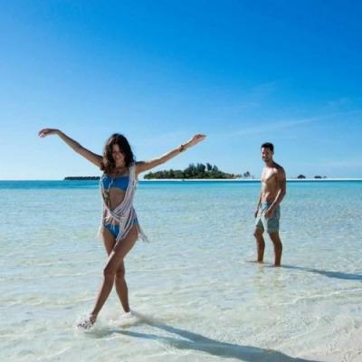 tourists at Kanuhura Maldives beach